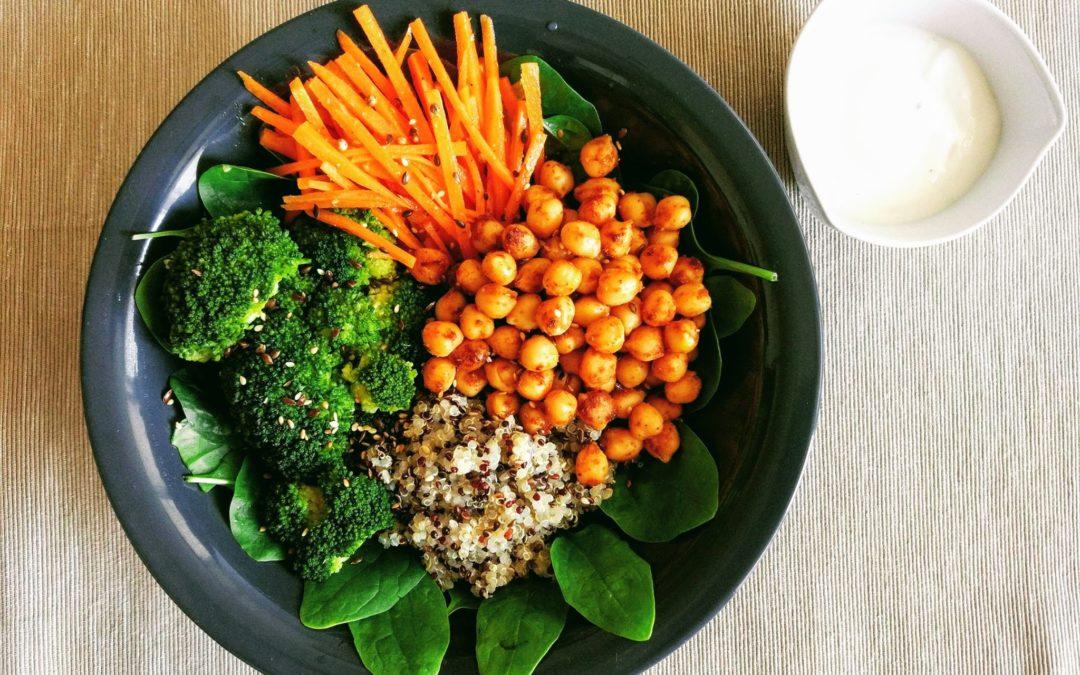 Buddha bowl z ciecierzycą i brokułami