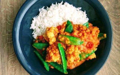 Wegańskie curry z kalafiorem i groszkiem cukrowym