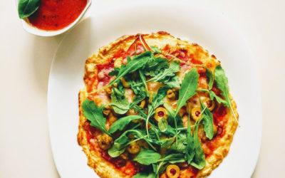 Dietetyczna pizza ze spodem zkalafiora zszynką szwarcwaldzką irukolą