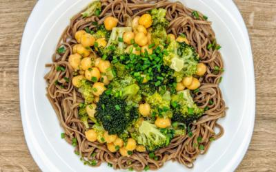 Makaron soba z brokułami i ciecierzycą