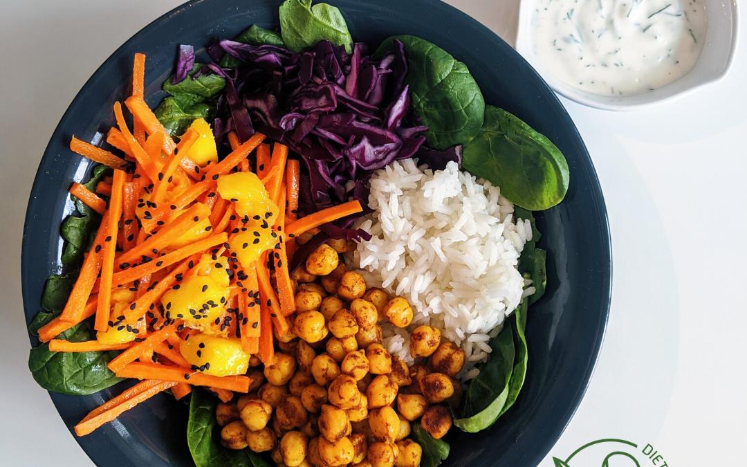 Buddha bowl z ciecierzycą i ryżem jaśminowym